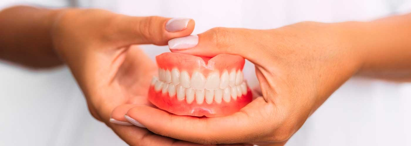 ¿Qué material se usa para una prótesis dental?